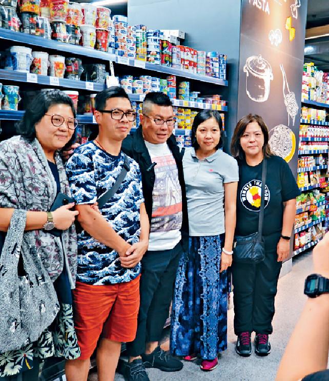 ■香港旅客好多都認得沖哥,仲捉住他集郵。
