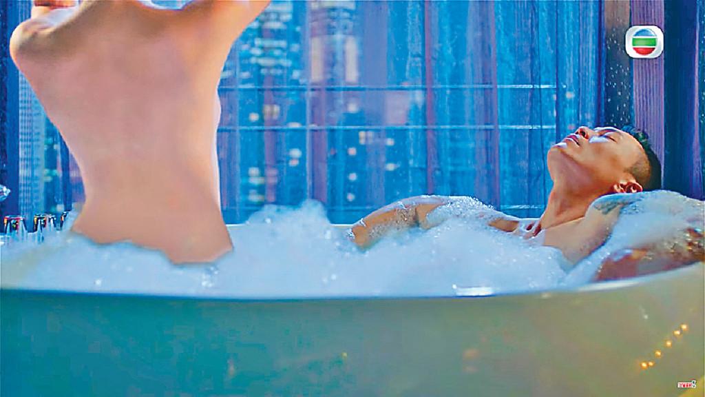 露背Sexy ■《解決師》中楊柳青最爆肯定係這場大露背超Sexy出浴戲。