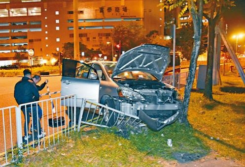 疑為黑幫「大家姐」駕駛的私家車失控撞欄,警方在場調查。