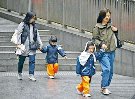 氣溫急降,大人細路都要加添衣物保暖。