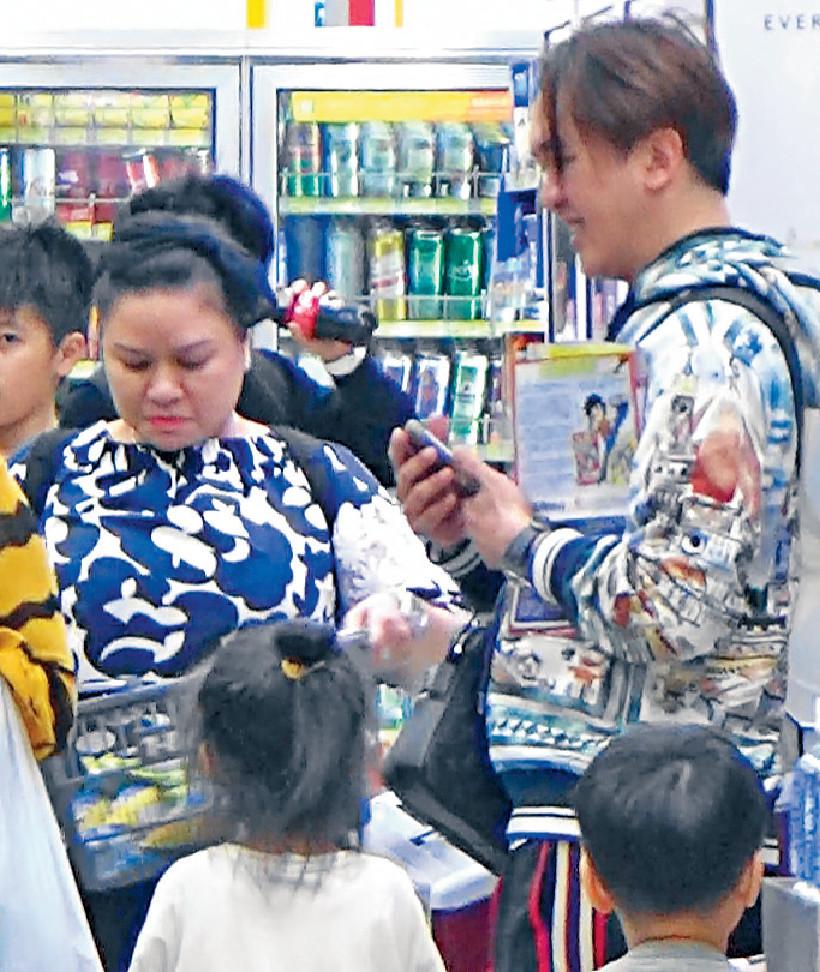 ■見兆尊(右)唔多理自己,Carmen嬲嬲哋去買一大籃雪糕降溫!