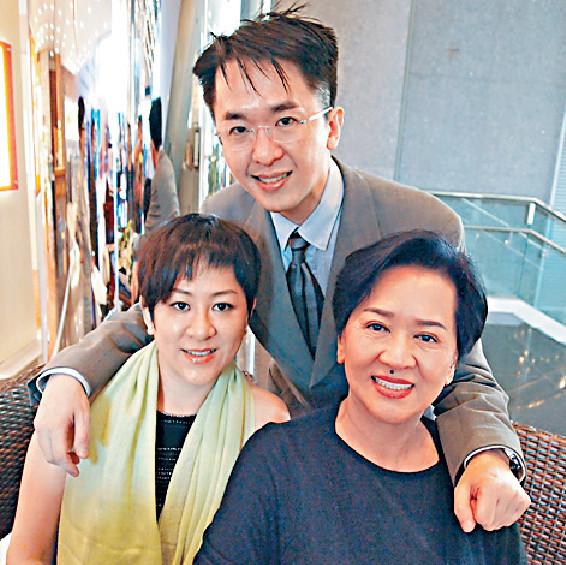 ■「祥嫂」洪金梅(右)今年7月病逝,兒女兆尊(中)和碧玉等早前已幫媽媽完成身後事。