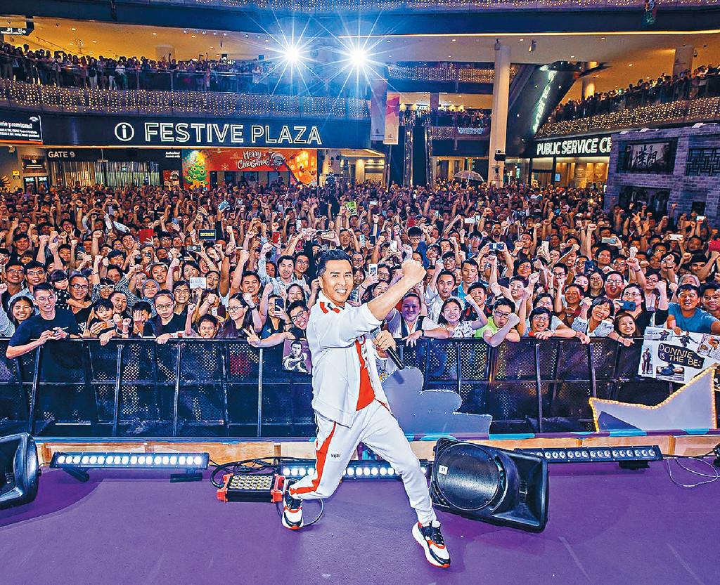 ■甄子丹在新加坡與數千粉絲齊齊合照。