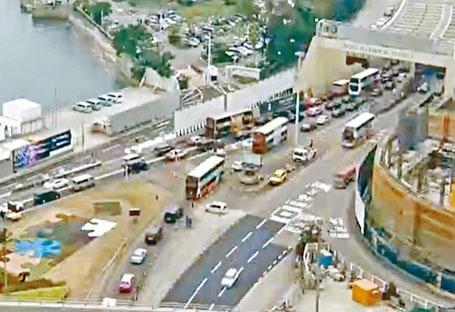 ■ 紅隧因電源故障引致塞車,灣仔出入口出現車龍。