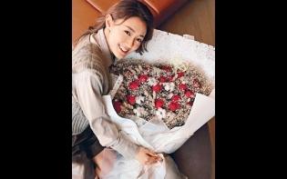 張寶兒捧巨型花束晒幸福