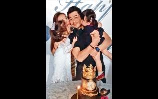 55歲生日甜蜜滿瀉  城城獲妻女爭住送吻