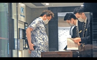 同BTS撞款  巨腩撐爆8萬LV套裝 54歲鄧兆尊變「行走青花瓷」