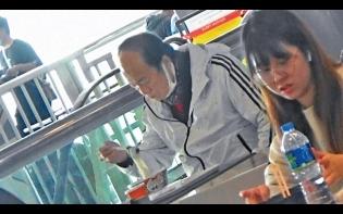 上月傳命危 本月頂巨腩遊商場 75歲狄龍單拖食Tea好精神
